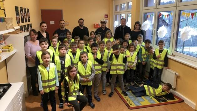 Der steirische Zivilschutzverband hat eine Sicherheitsinitiative an Schulen ins Leben gerufen, bei der fast immer auch ein Polizist dabei ist. Die Kinder werden auf die Gefahren im Straßenverkehr aufmerksam gemacht. (Bild: zVg)