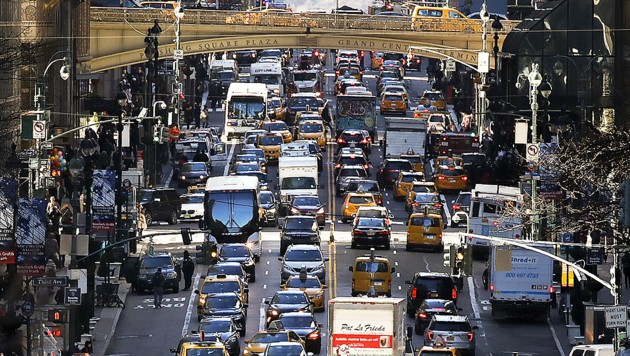 Stoßverkehr auf der 42. Straße in Manhattan (Bild: Bild: APA/AFP/GETTY IMAGES/Drew Angerer)