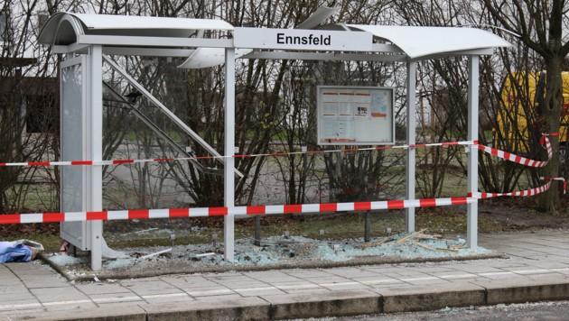 Die Straßenbahnhaltestelle wurde schwer beschädigt (Bild: Pressefoto Scharinger © Daniel Scharinger)