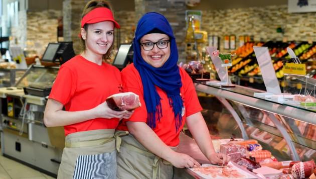 Genießen die Verantwortung: Sanja und Damla in der Feinkostabteilung. (Bild: Harald Dostal)