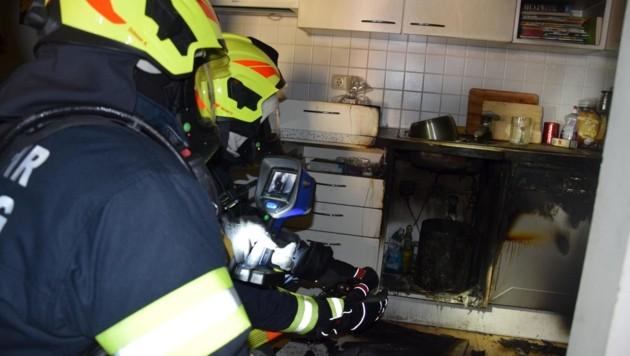 Der Abfalleimer unter der Spüle brannte, ein geplatzter Schlauch sorgte dafür, dass die Flammen ausgingen. (Bild: FF Schärding)