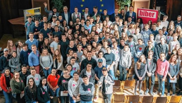 Die SchülerInnen der VBS Schönborngasse gemeinsam mit den Kandidaten der sechs großen Parteien für die EU-Wahl (Bild: Marko Mestrovic)
