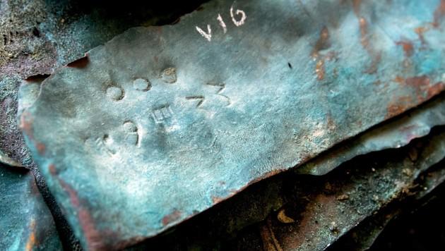 Aus dem Meer geborgene Kupferplatten mit dem Markenzeichen der Handelsfamilie Fugger (Bild: APA/AFP/ANP/Koen van Weel)