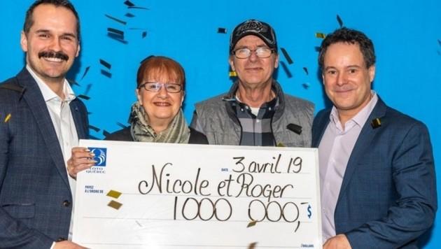 Nicole Pedneault und Roger Larocque (Mitte) freuten sich über den Gewinn - auch trotz Verspätung. (Bild: FOURNIE PAR LOTO-QUÉBEC)