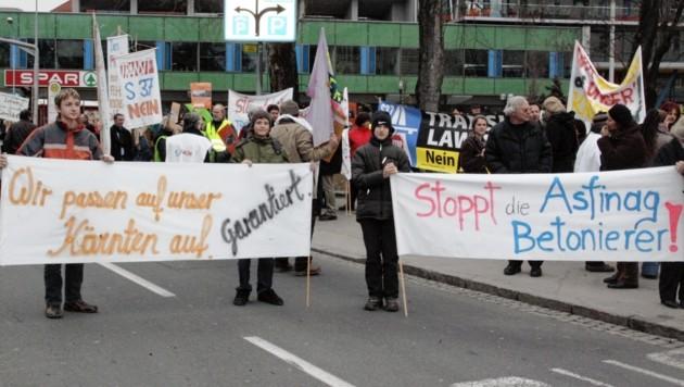 Schon vor zehn Jahren war gegen den Ausbau der Schnellstraße S37 bei St. Veit demonstriert worden. (Bild: KRONEN ZEITUNG)