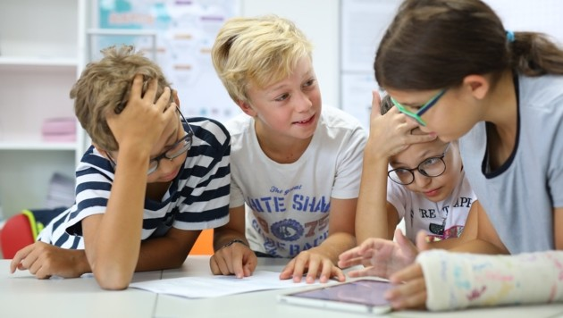 Schüler in oberösterreichischen Schulen nützen das Nachschlagewerk Brockhaus online. (Bild: Ludwig Schedl)