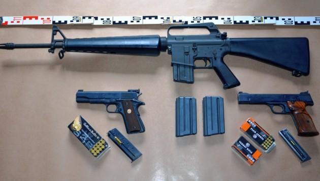 Die sichergestellten Waffen, darunter das US-Sturmgewehr der Marke Colt, Typ AR 15. (Bild: Polizei)