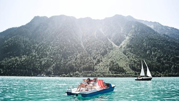 Der Achensee ist vor allem bei Familien beliebt: Sportevents wie der Karwendelmarsch und Wellnessmöglichkeiten in mehreren Hotels überzeugen. (Bild: Reiterhof Achensee)