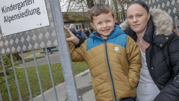 """Jeanette Elixhauser mit Sohn Kerim: """"Ich will, dass auch meine Tochter einmal hier in den Kindergarten gehen kann."""" (Bild: Tschepp Markus)"""