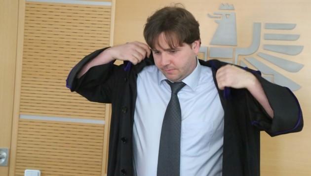 Prozess am Wiener Handelsgericht Stadt Linz gegen BAWAG wegen Swap-Geschäften: Rat Andreas Pablik zieht wieder einmal den Talar an im Verhandlungssaal 708. (Bild: Martin A. Jöchl)