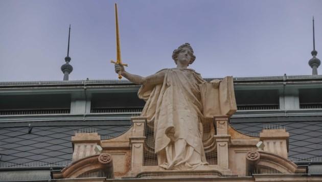 Die Justitia auf dem Justizgebäude in Salzburg (Bild: Tschepp Markus)
