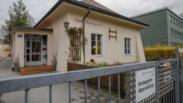 Im Sommer verliert der Kindergarten 200 Quadratmeter Garten, die Investor Winkler bereits gehören. Das sei bereits der erste Schritt zur Schließung, fürchten die Eltern der 40 Kinder. (Bild: Tschepp Markus)