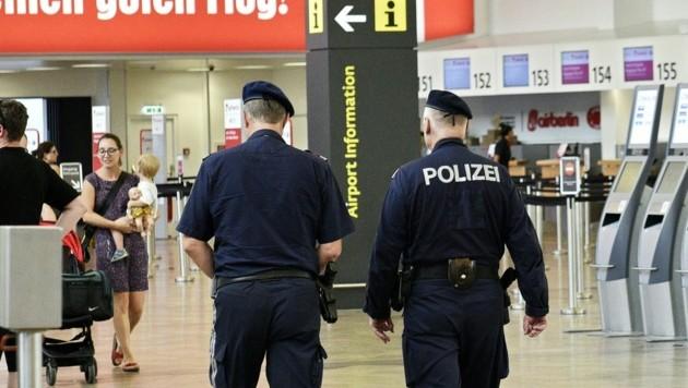Polizisten am Flughafen Wien-Schwechat (Bild: APA/HANS PUNZ)
