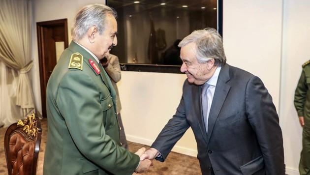 Der Besuch von UNO-Generalsekretär Antonio Guterres bei General Khalifa Haftar hat bisher zu keiner Entspannung geführt. (Bild: APA/AFP/LNA War Information Division)