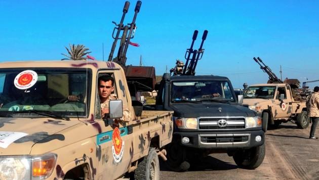 Mitglieder einer Miliz, die der international anerkannten Regierung in Tripolis die Treue halten (Bild: APA/AFP/Mahmud TURKIA)