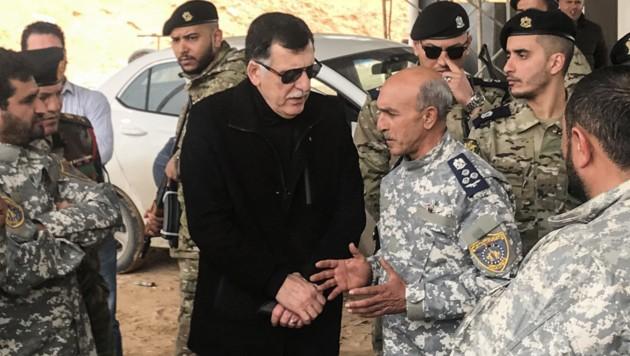 Ministerpräsident Fajis al-Sarradsch zu Besuch bei seiner Armee, die laut eigenen Angaben General Haftars Truppen nach mehreren Luftschlägen etwas zurückdrängen konnte (Bild: APA/AFP/Mahmud TURKIA)