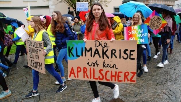 Die Schülerinnen und Schüler protestieren immer freitags. (Bild: Rojsek-Wiedergut Uta)