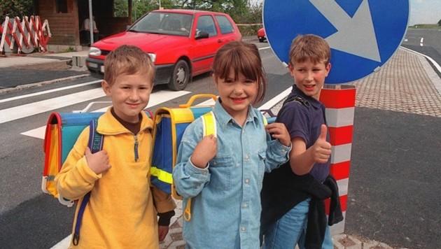 Ganze sechs Jahre dauerte der Kampf in Gödersdorf, bis 1998 ein sicherer Straßenübergang für die Volksschüler gebaut wurde. (Bild: Kärntner Krone Altarchiv)