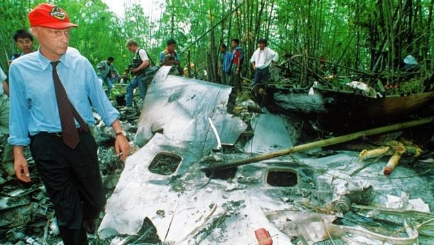 Niki Lauda an der Absturzstelle der Boeing 767 in Thailand (Bild: AP)