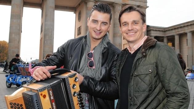 Ressortchef Norman Schenz mit Andreas Gabalier in Berlin (Bild: Sepp Pail)
