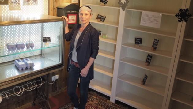 Karoline Brückl in ihrem nun ausgeräumten Selbstbedienungs-Bauernladen (Bild: Markus Schütz)