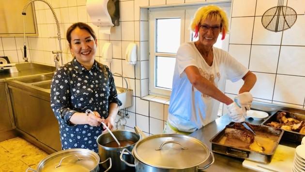 Zara und Judith helfen freiwillig in der Küche aus. (Bild: Rosenzopf Christian/Kronenzeitung)