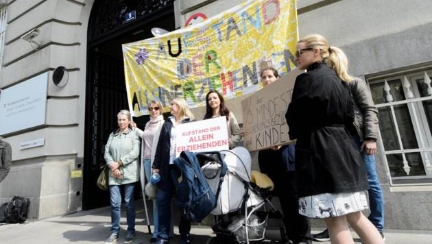 Vor dem Sozialgipfel in Wien gab es Proteste von Müttern. (Bild: SEPA.Media | Martin Juen)