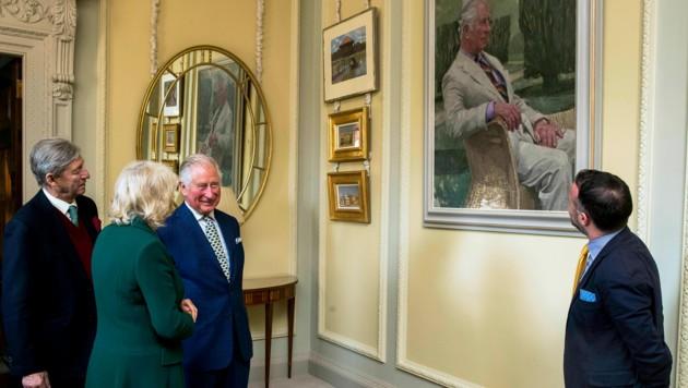 Von seinem neuen Porträt schien Prinz Charles sichtlich angetan. (Bild: AP)