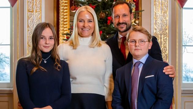 Prinzessin Ingrid Alexandra mit Mama Mette-Marit, Papa Haakon und ihrem Bruder Sverre Magnus (Bild: AFP)