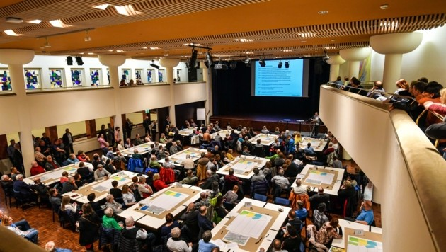 Mehr als 250 Interessierte kamen ins Kurhaus Hall (Bild: Liebl Daniel)
