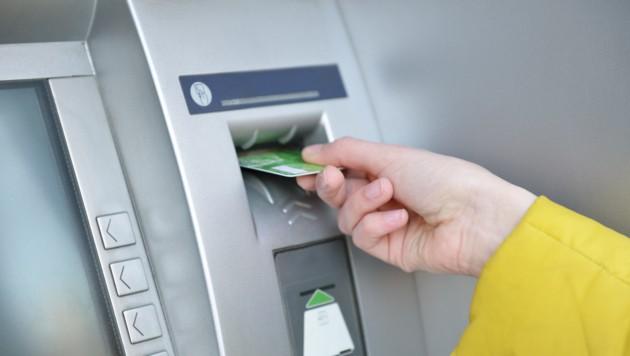 Wer auf die Bank geht, sollte immer einen Ausweis mithaben (Symbolbild). (Bild: ©Khorzhevska - stock.adobe.com)