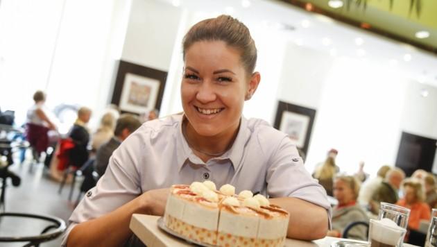 Das Café Fingerlos ist bekannt für seine Torten. Und für die sympathischen Kellnerinnen, darunter Sonnenschein Alexandra (Bild: Tschepp Markus)