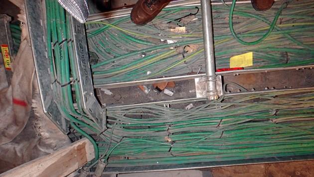 Zu kurze Kabelstränge wurden in Metallkästen abenteuerlich verlegt. (Bild: GLOBAL 2000)