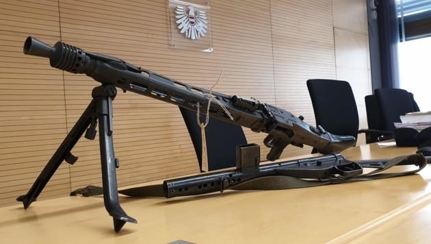 Das Maschinengewehr im Gerichtssaal (Bild: Moser Andreas/Kronenzeitung)