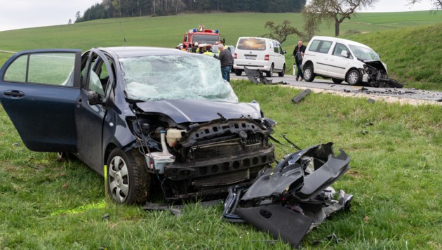 Der Wagen der Niederösterreicherin wurde in eine Wiese geschleudert, die 55-Jährige erlitt tödliche Verletzungen. (Bild: FOTOKERSCHI.AT / KERSCHBAUMMAYR)