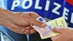 An Ort und Stelle nahmen die Beamtem dem Drogenlenker den Führerschein ab. (Symbolbild) (Bild: Christof Birbaumer)