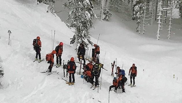 Bergretter bei der Suche nach den Lawinenopfern von Abtenau. (Bild: Bergrettung Salzburg)