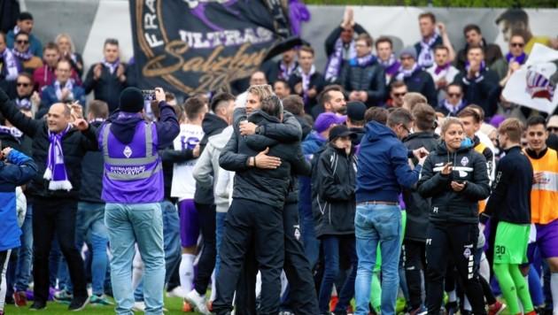 Bei Violett lag man sich nach dem Derby-Sieg gegen den SAK in den Armen. (Bild: Andreas Tröster)