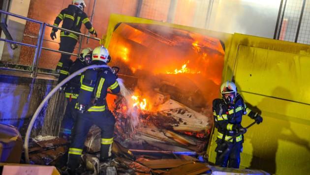 Zweimal musste die Feuerwehr zum Firmengelände in Wels ausrücken (Bild: laumat.at/Matthias Lauber)