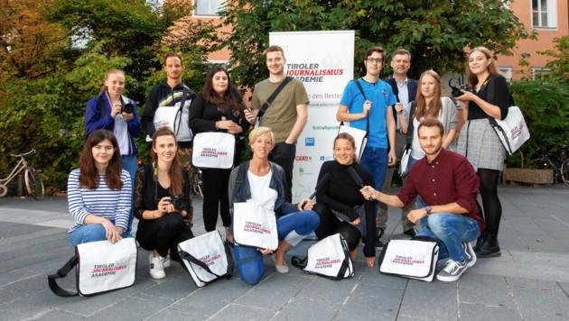 """Mirjana Mihajlovic (auf dem Bild rechts) - heute Redakteurin bei der """"Tiroler Krone"""" - mit ihren Lehrgangskollegen und Akademieleiter Ronald Zecha (stehend, 3. von rechts). (Bild: Michael Kristen)"""
