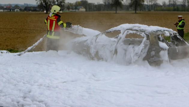Das mit Benzin und Gas betriebene Auto brannte völlig aus (Bild: Pressefoto Scharinger © Daniel Scharinger)