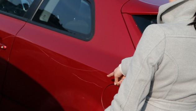 Zerkratzt wurden auf einem Parkplatz in Villach drei Autos (SYMBOLBILD)