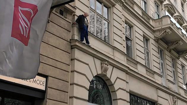 """Der verwirrte Mann auf dem Gebäudevorsprung (Bild: """"Krone""""-Leserreporter)"""