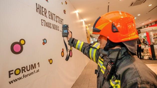 Einsatzleiter Andreas Reitsammer mit dem Gasmessgerät: Es zeigt nichts an. (Bild: Markus Tschepp)