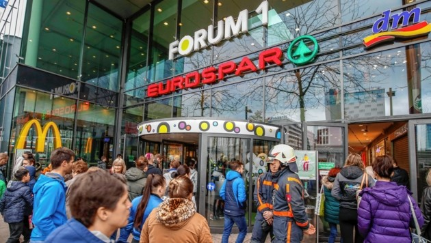 Die Kunden und Mitarbeiter warteten geduldig vor dem Forum 1. (Bild: Markus Tschepp)