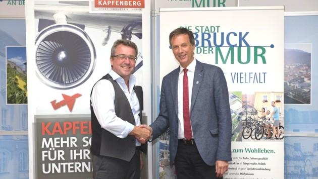 Harmonie pur: Peter Koch (links, Bruck an der Mur) und Fritz Kratzer (Kapfenberg) wollen bei den Stadtwerken Synergien nutzen - und die Zusammenarbeit auch in anderen Bereichen vertiefen. (Bild: Stadt Bruck/Maili)