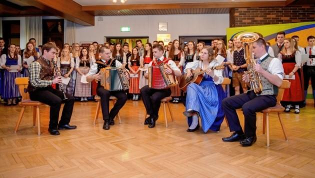 Singen und Tanzen haben bei der Landjugend Tradition. Es werden Kurse angeboten und Feste veranstaltet. (Bild: Landjugend)
