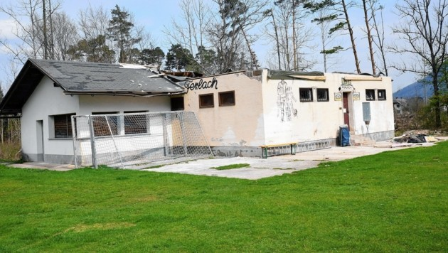 Seit Ende Oktober 2018 gleicht das Klubhaus der DSG Ferlach einer Ruine. Der Sturm hatte es schwer beschädigt. (Bild: Hermann Sobe)