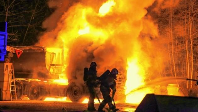 Der Lkw stand in Vollbrand. Das Feuer griff auf einen zweiten Laster über. (Bild: Markus Tschepp)
