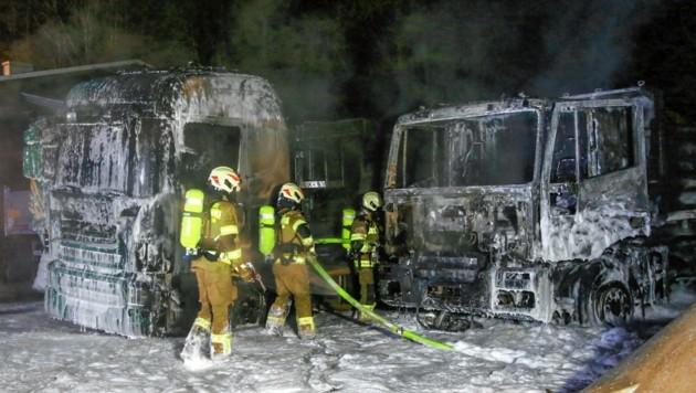 Das Ende derLöschaktion: Die Laster sind komplett ausgebrannt, sie waren nicht mehr zu retten. (Bild: Markus Tschepp)
